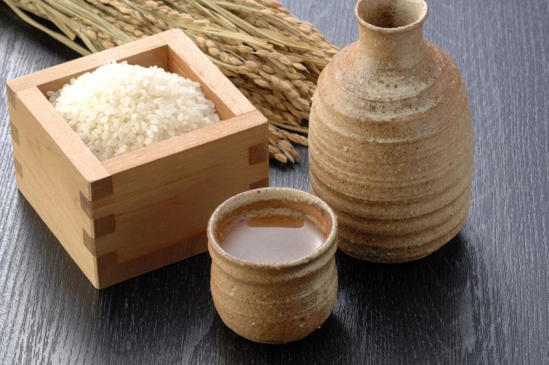 日本酒の猪口と徳利と米