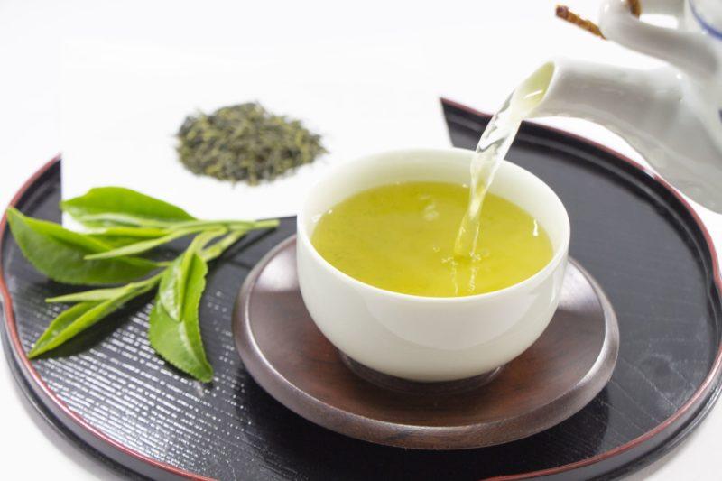 注がれる緑茶と茶葉