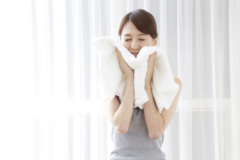 タオルを頬に当てて目を閉じる