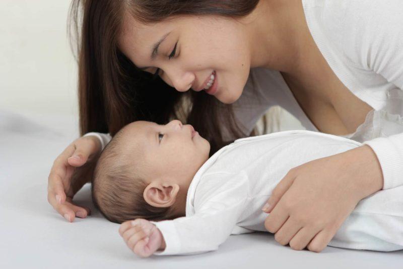 仲睦まじい赤ちゃんと母親