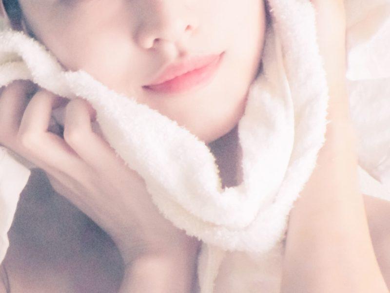 タオルでやさしく顔を拭く女性