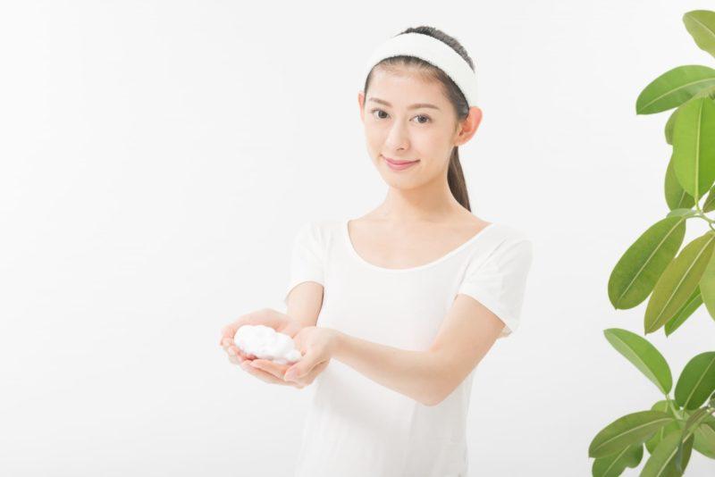 洗顔泡を両手に持つ女性