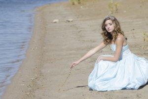 海岸に一人でいるお嬢様
