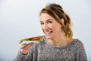 元気よく食事している女性