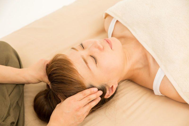 頭皮マッサージの施術を受けている日本人女性