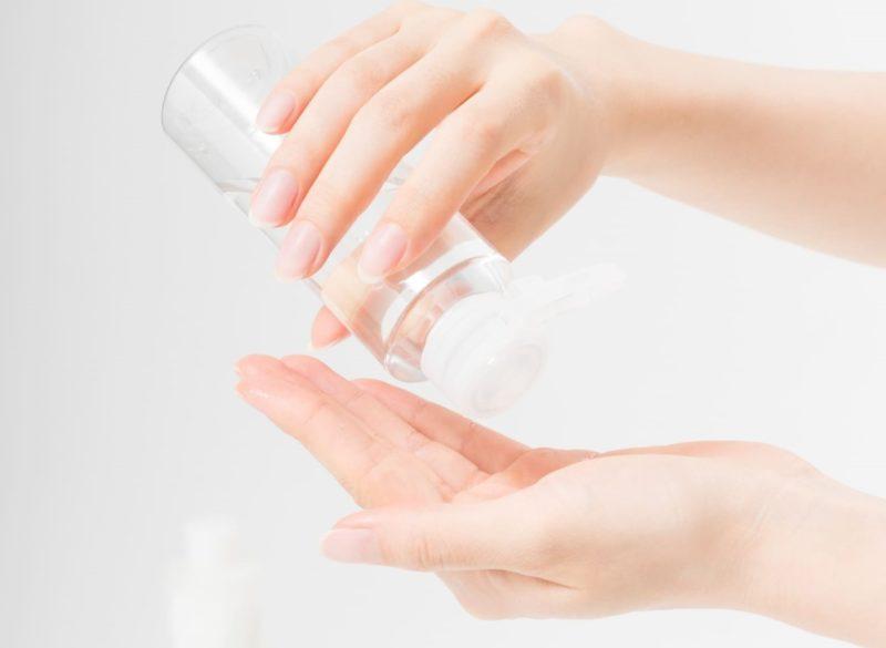 化粧水を手に取っている画像
