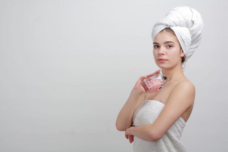 タオルを巻いている外国人女性