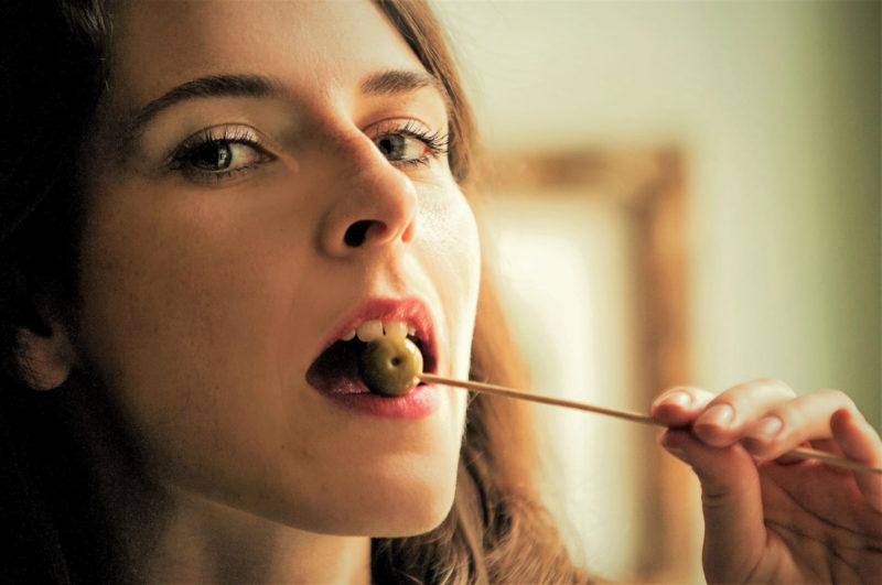 オリーブの実を食べている外国人女性1