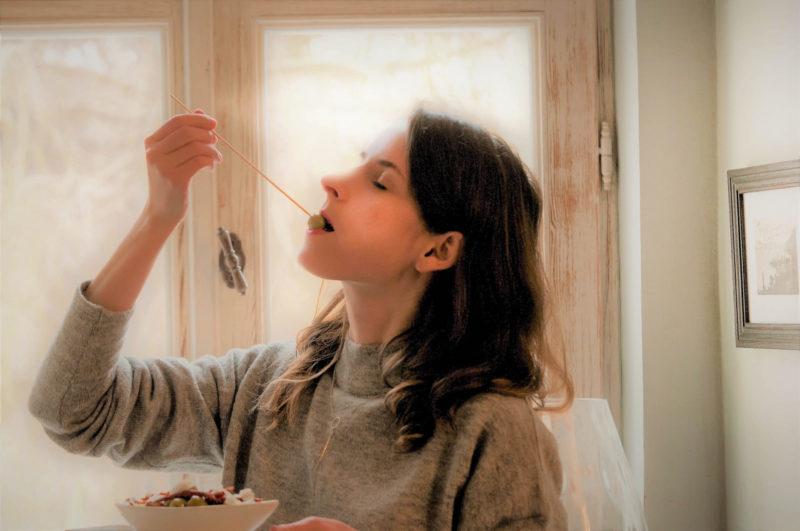 オリーブの実を食べている外国人女性2