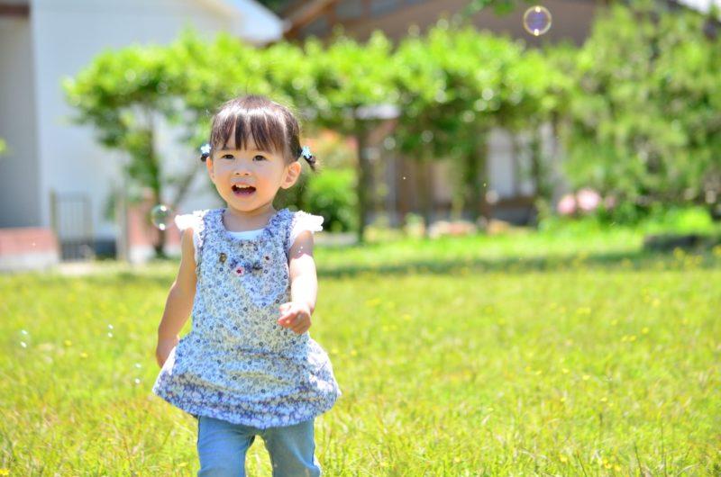 良い天気にシャボン玉で遊んでいる子供