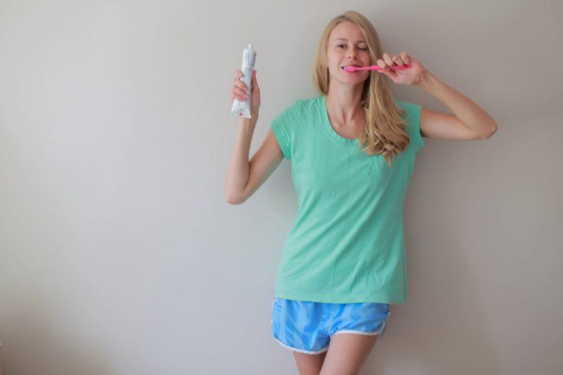 歯磨き粉を持って歯磨きをする外国人女性