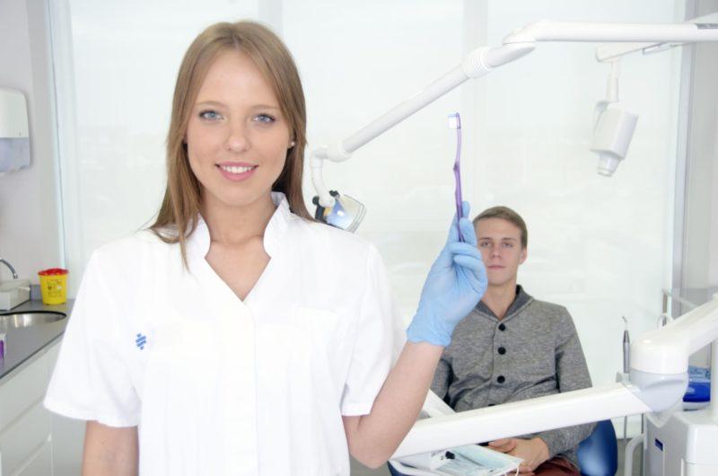 女性の歯科医さんが歯ブラシの使い方を教えている