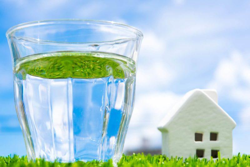コップに入っている水と側の家