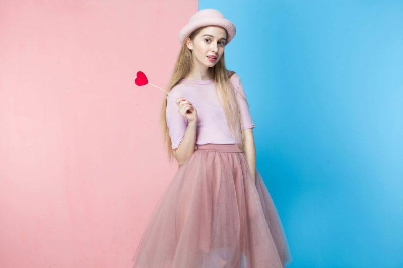 ハートを持っているピンク色の女の子