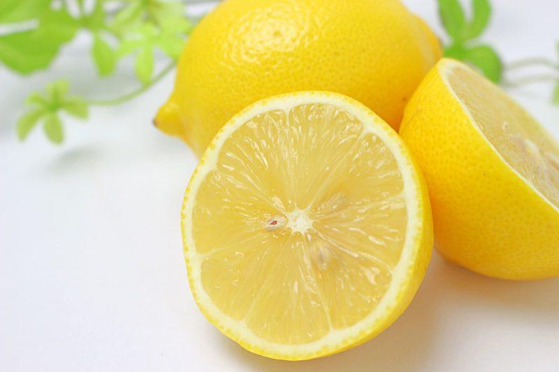 輪切りにされたレモンと丸ごとのレモン