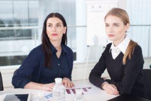 会議中の外国人女性2人