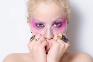 目の周りを派手な化粧をしている外国人女性