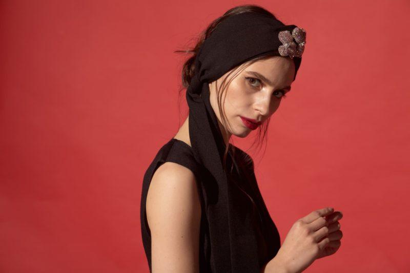 頭にスカーフを巻いている外国人女性