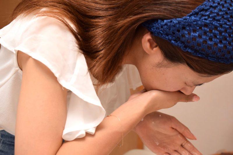 洗顔をしている茶髪の女性