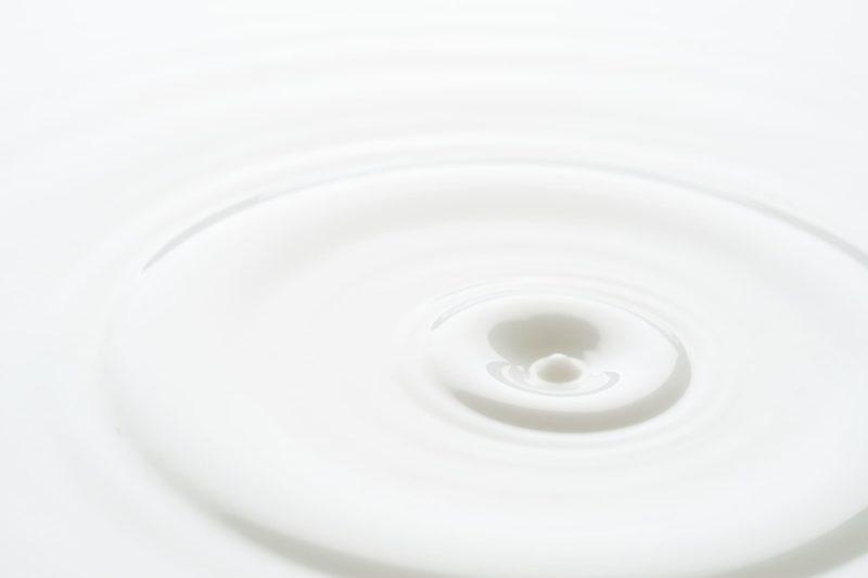 白いミルクの波紋