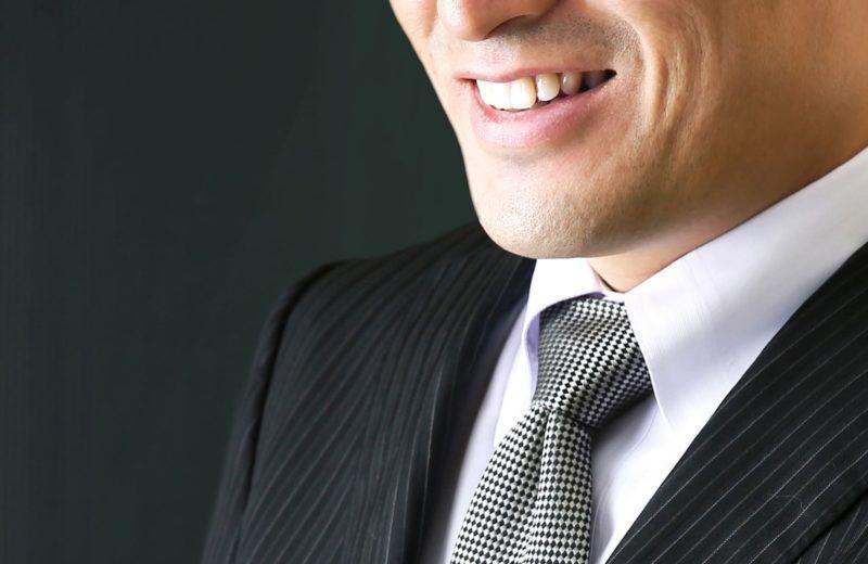 笑みを浮かべている男性の画像