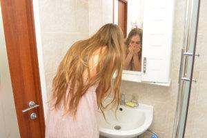 一生懸命洗顔をしている外国人女性