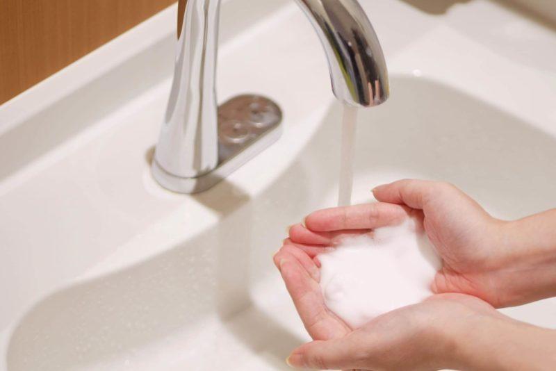 水道で洗顔フォームを使おうとしているところ