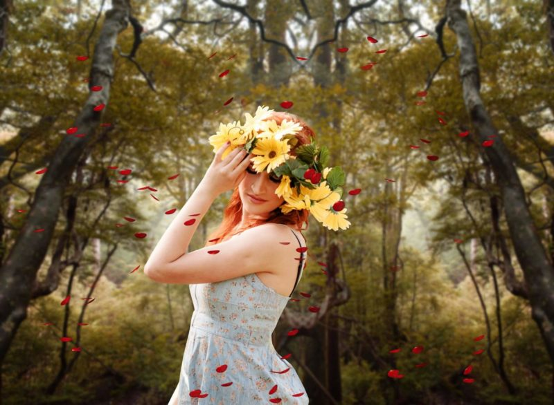 花の冠を頭にしている外国人女性