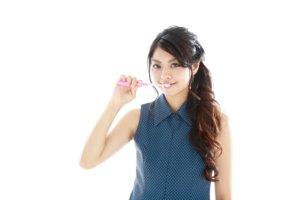 歯を磨いている日本人女性2