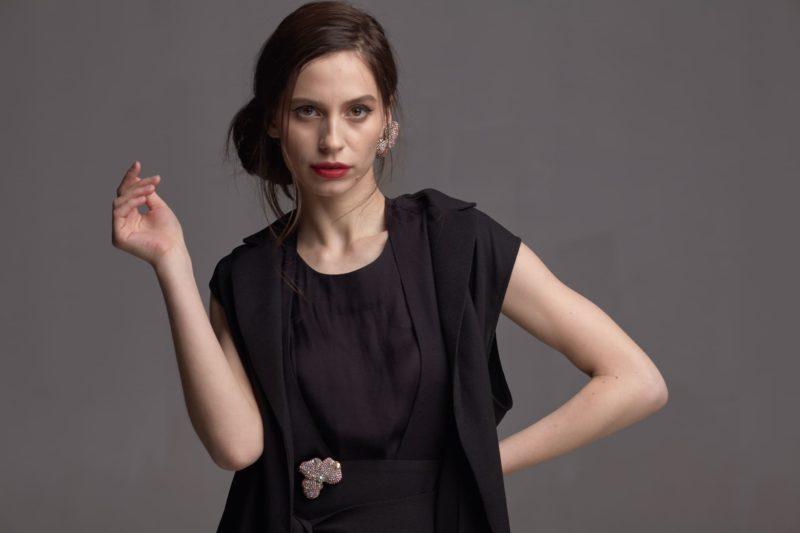 黒い服を着用した外国人女性
