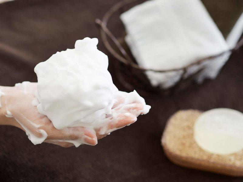 密度の高い泡立てた石鹸の画像