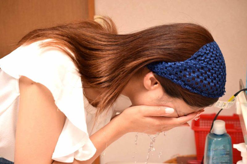 顔を洗っている女性の画像