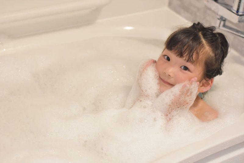 泡風呂に浸かっている子ども