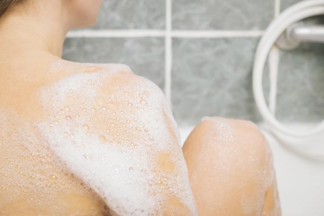 体を洗っている女性
