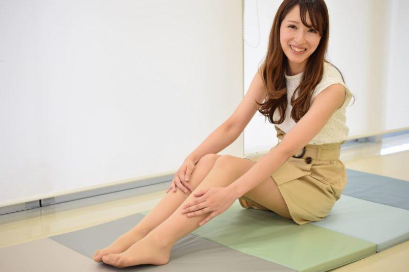 美脚を披露している茶髪で長髪の女性