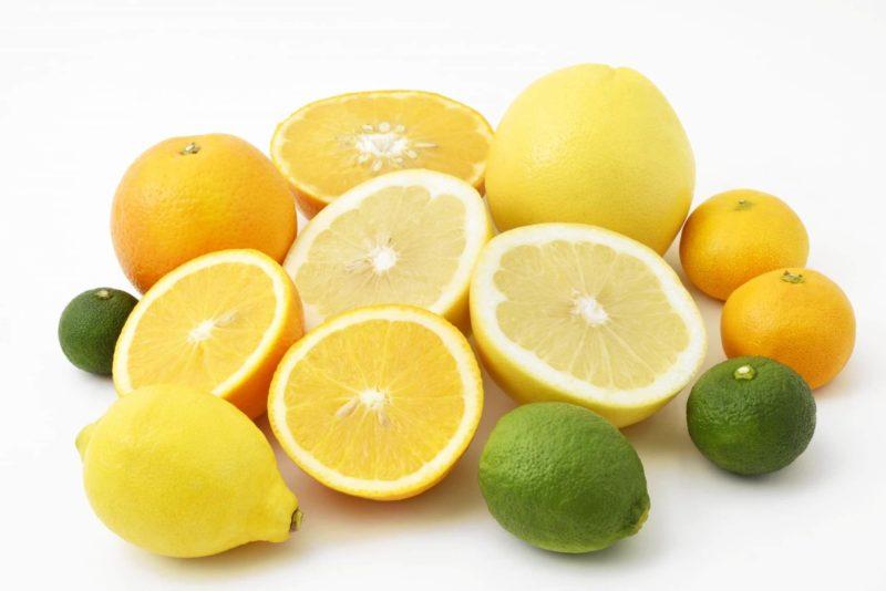 輪切りにされた様々な柑橘類