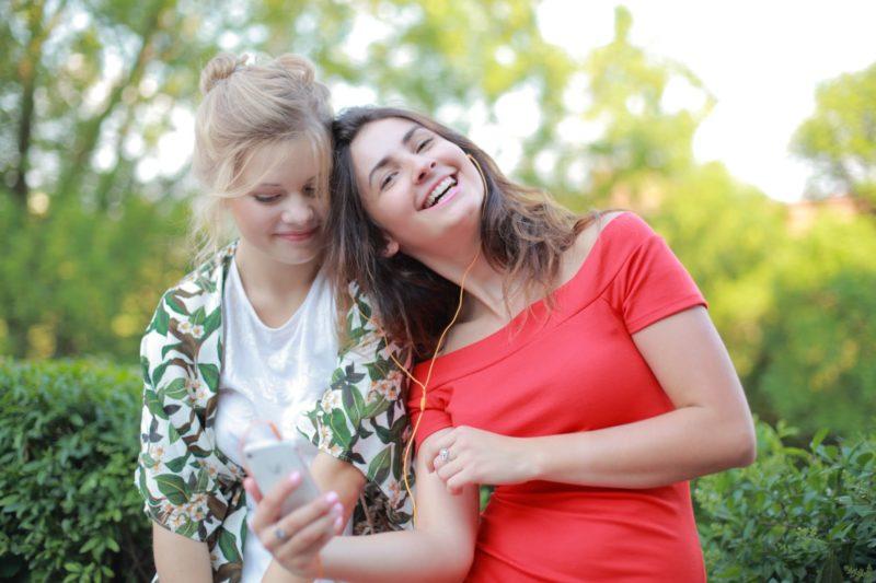 女性2人が仲良く屋外で遊んでいる光景