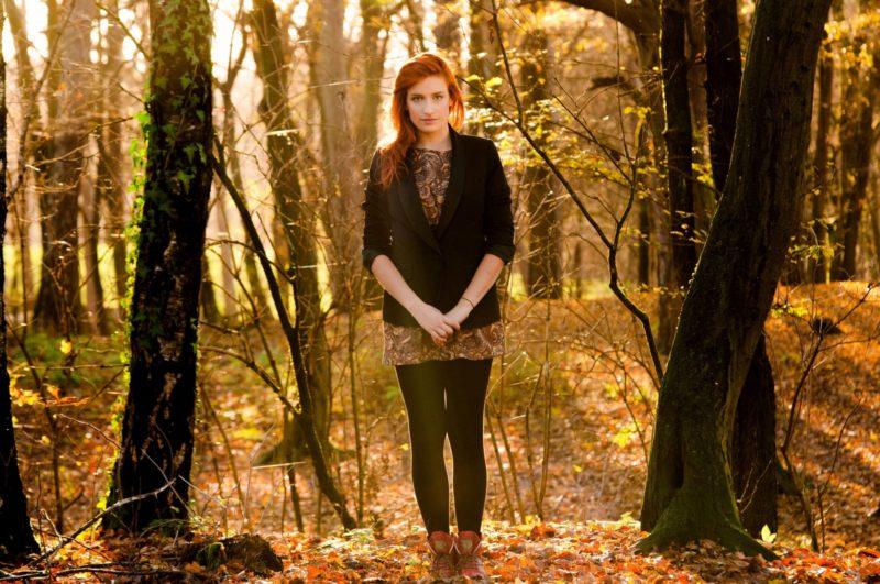 森の中にたたずんでいる女性