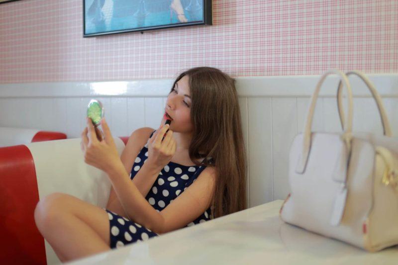化粧をしている水玉模様のワンピースを着用した外国人女性