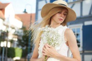 白い花を持っている帽子を被った外国人女性