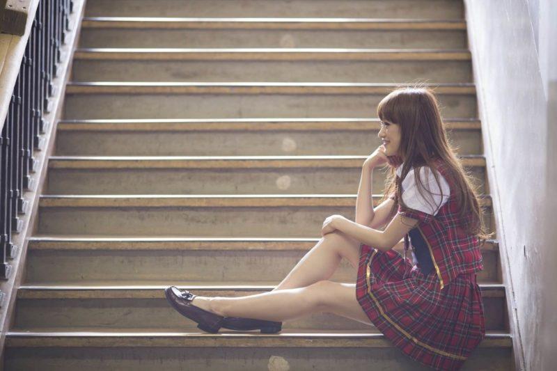 階段に座っている女性