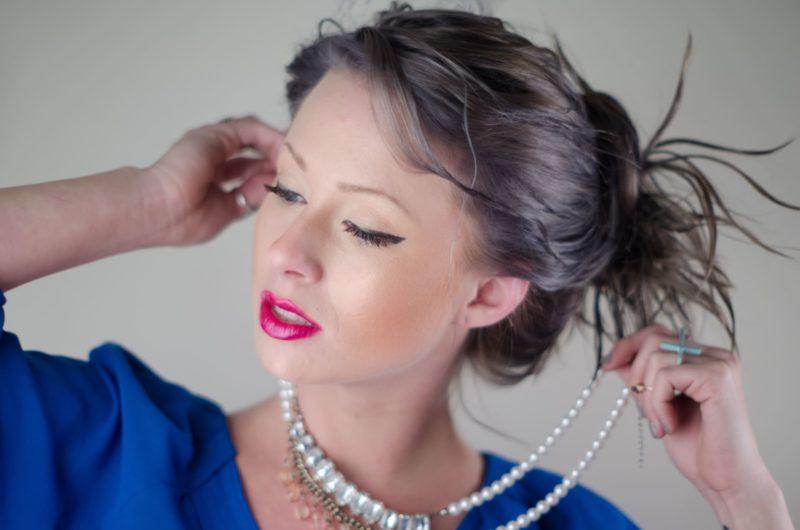 真珠のネックレスをしている外国人女性