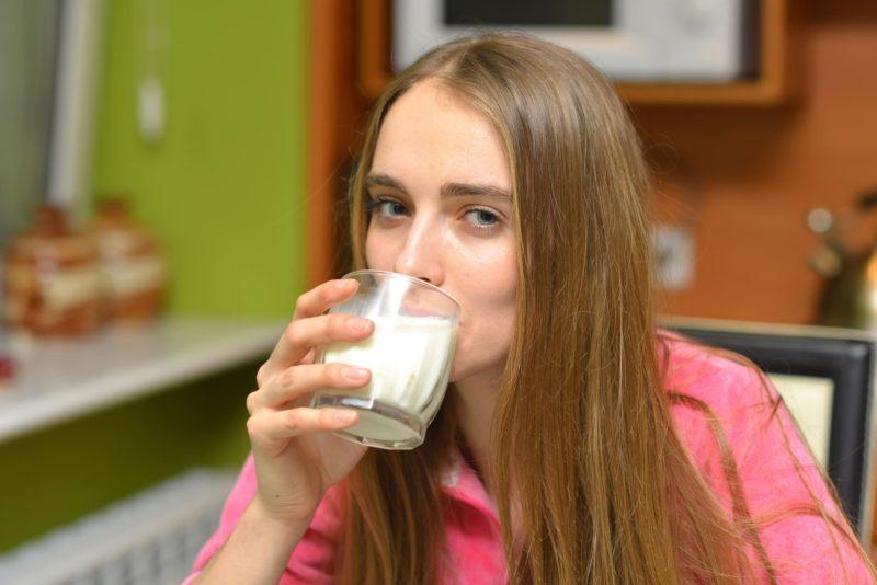 牛乳を飲んでいる女の子