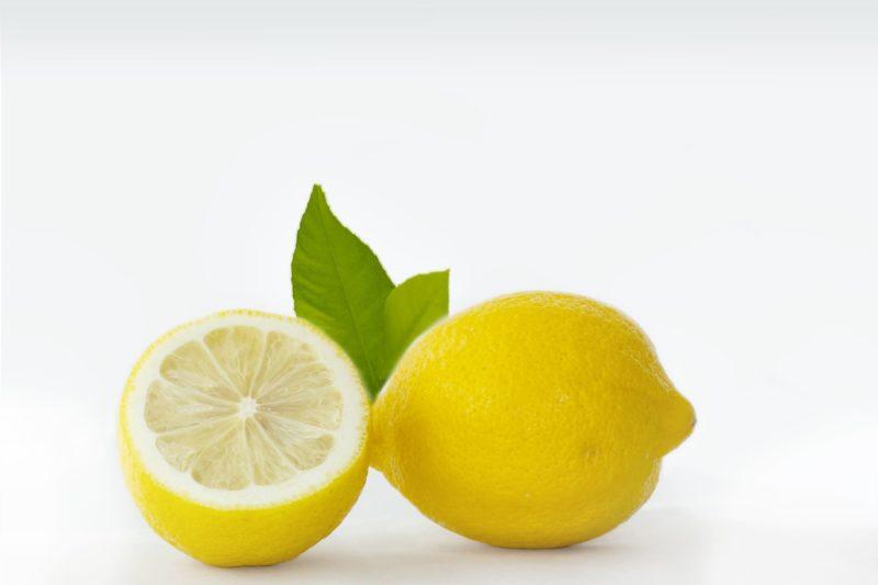 葉っぱと一緒になっているレモン