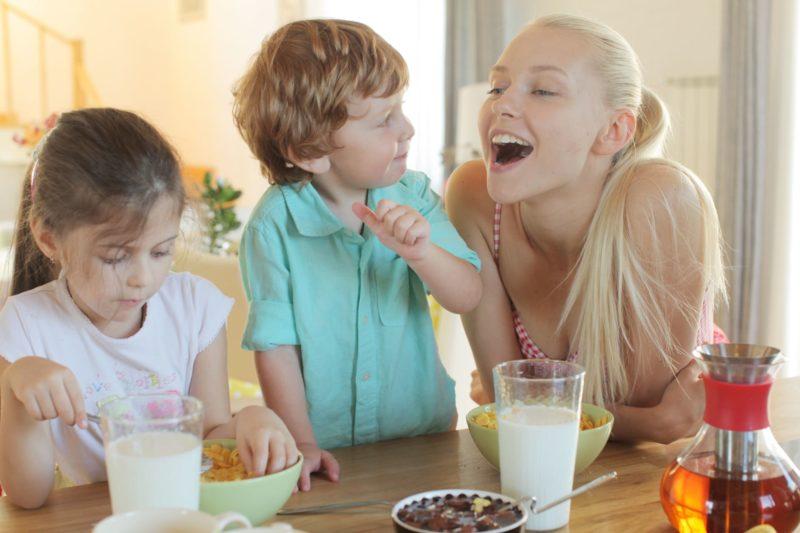 牛乳と一緒に朝食を摂る家族