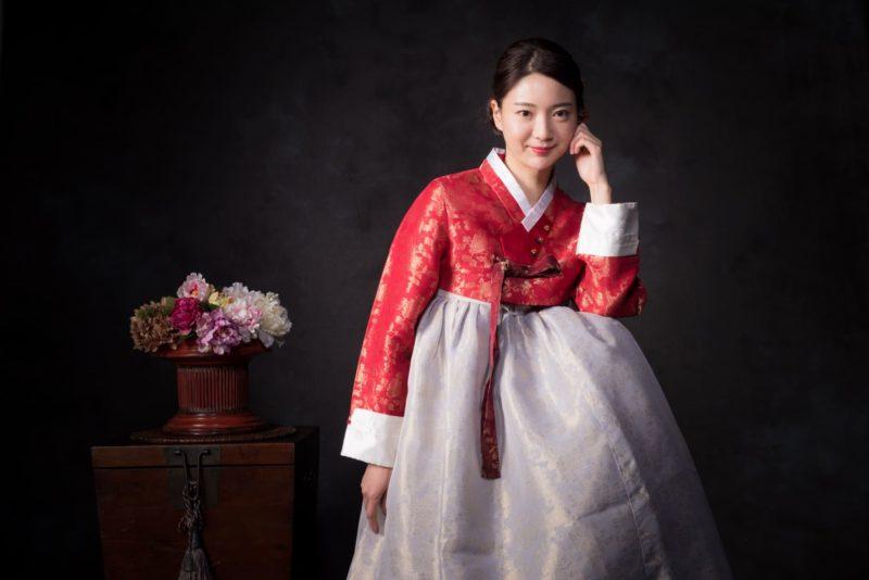 赤いチマチェゴリを着用している韓国人女性