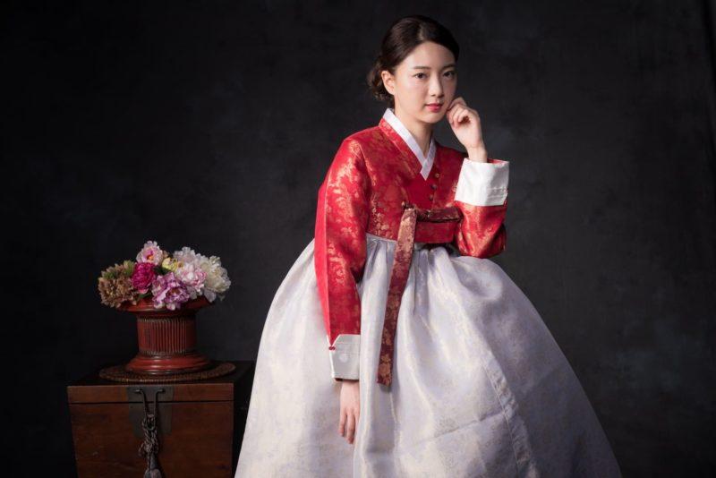 赤いチマチェゴリを着用している韓国人女性2