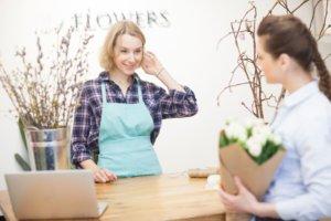 花屋で働いている女性