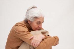 ストレスで白髪になったおばあさん