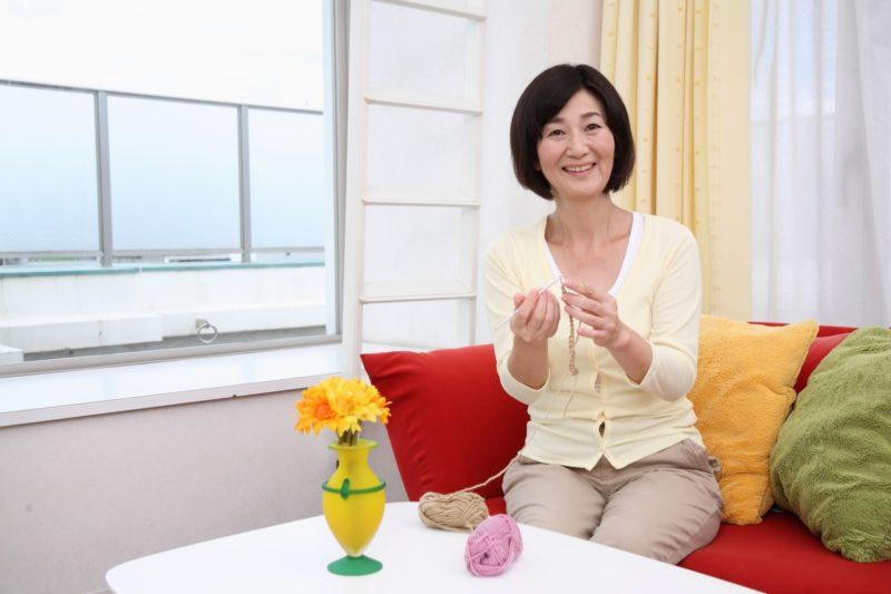 編み物をしているシニア女性
